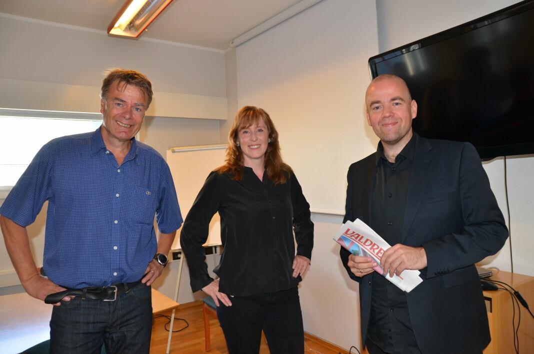 Avtroppende redaktør Ivar Brynildsen, påtroppende redaktør Hilde Lysengen Havro og styreleder Tom Martin Kj. Hartviksen i avisa Valdres.