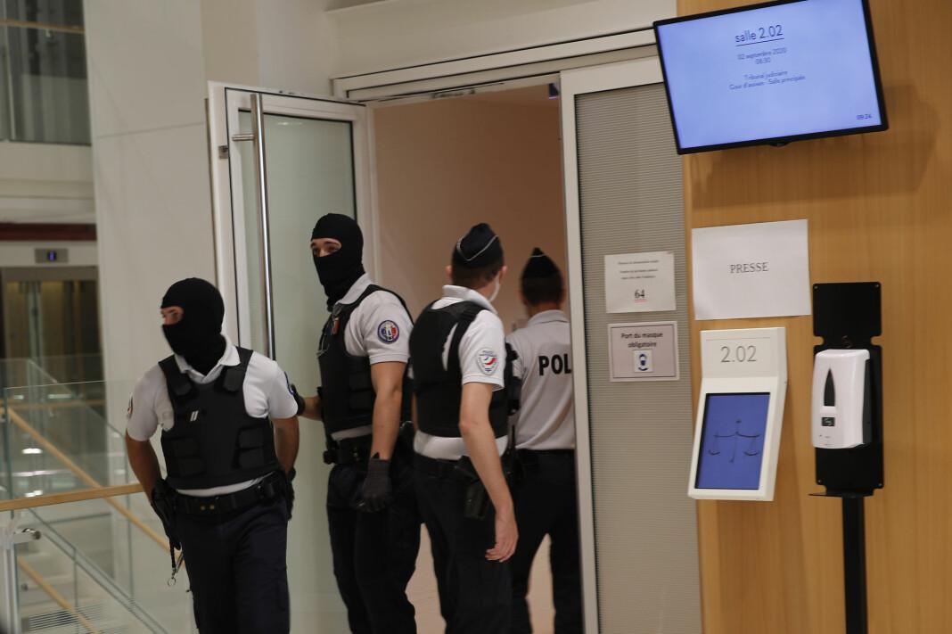Politi med finlandshetter var en del av sikkerhetsoppbudet rundt terrorrettssaken som startet i Paris onsdag.