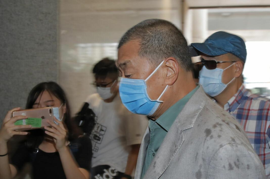 Mediemogulen Jimmy Lai ankommer rettslokalet i Hongkong. Han ble frifunnet for trusler mot en journalist, men er fortsatt tiltalt under den nye kinesiske sikkerhetsloven.