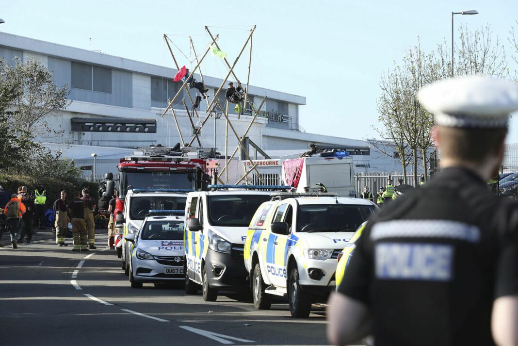 Politi og brannvesen på plass utenfor et trykkeri i Broxbourne nord for London, der miljødemonstranter aksjonerte.