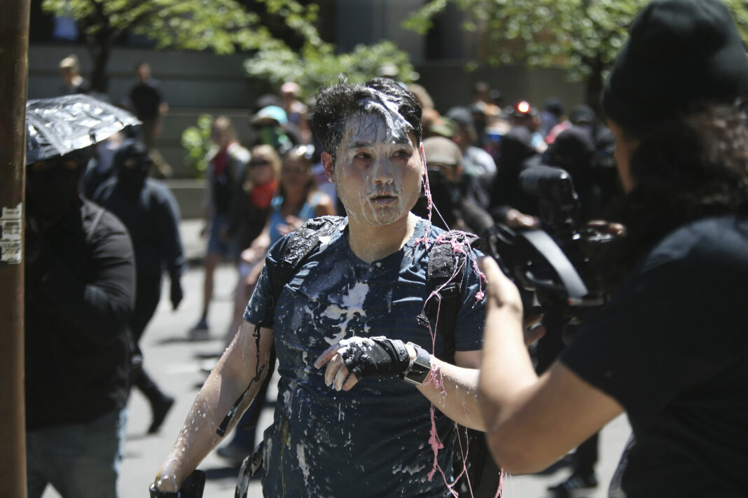 Andy Ngo kaller seg journalist, men omtales av andre som en sikkerhetsrisiko for ekte journalister. I fjor ble Ngo angrepet av motdemonstranter under en høyreekstrem demonstrasjon i Portland (bildet).