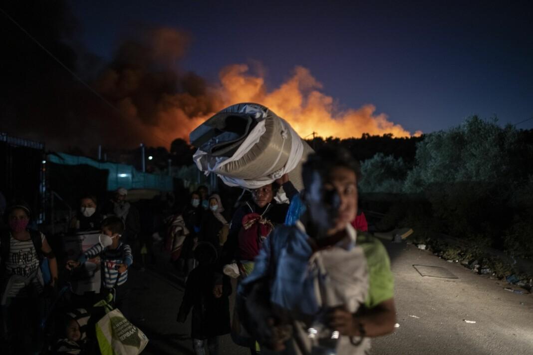 Mennesker flykter fra brannene i Moria-leiren på Lesvos onsdag kveld. Forsker Morten Bøås etterlyser en mediedekning som reflekterer den komplekse situasjonen som har ført til situasjonen på Lesvos.