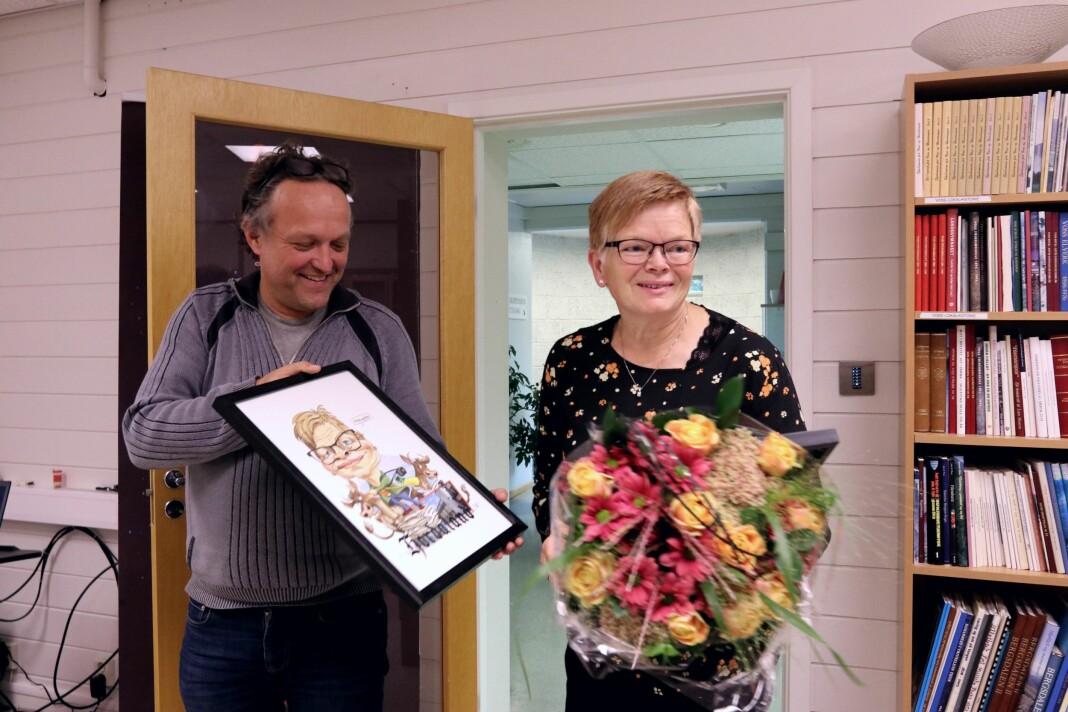 Klubbleder Ørjan Brattetveit i Avisa Hordaland deler ut Bergen Journalistlags hederspris til kollega Sigrid Seim.