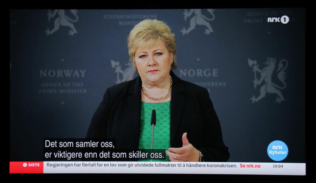 Flere unge fulgte med på direktesendt TV etter at landet stengte ned i mars. Bildet er av NRKs sending av koronapressekonferansen 18. mars.