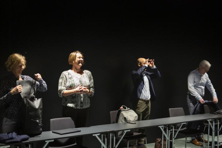 NJs forhandlingsutvalg spøker med at de må se på resten av rommet med kikkert på grunn av avstanden som er laget av smittevernhensyn. Fra venstre Inger Marie Bø, NJ-leder Hege Iren Frantzen, Mads Backer-Owe og Dag Idar Tryggestad.