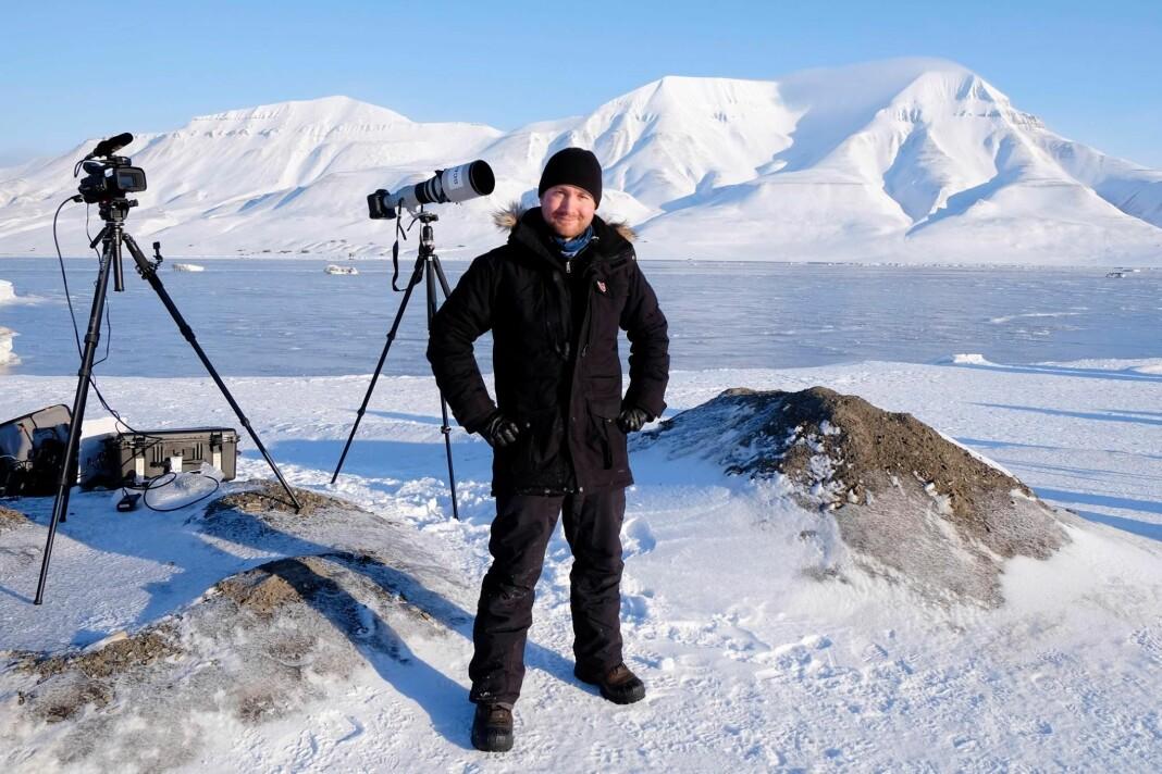 NTB-fotograf Håkon Mosvold Larsen, like etter at han fotograferte total solformørkelse på Svalbard i gnistrende vintervær, og dét på sin egen bursdag. – Da sola kom frem fra mørket igjen hadde vi tårer i øynene og var helt euforiske av den mektige naturopplevelsen.