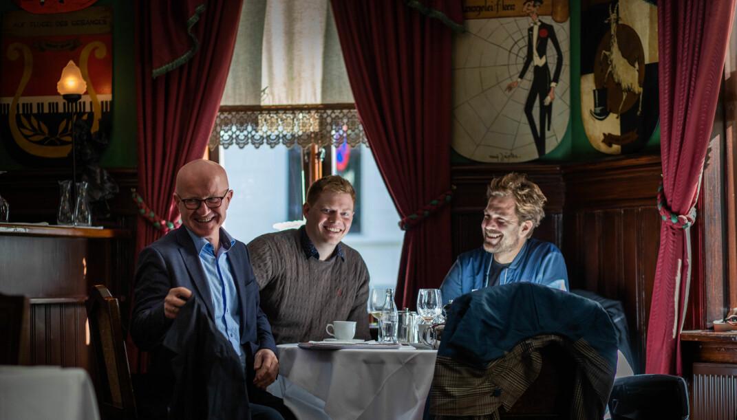 Bjørn Haugan (t.v), Eirik Røsvik og Eiliv Frich Flydal har nettopp sett sentralbanksjef Øystein Olsen gå forbi dem da de møter Journalisten på Engebret Café på Bankplassen i Oslo.