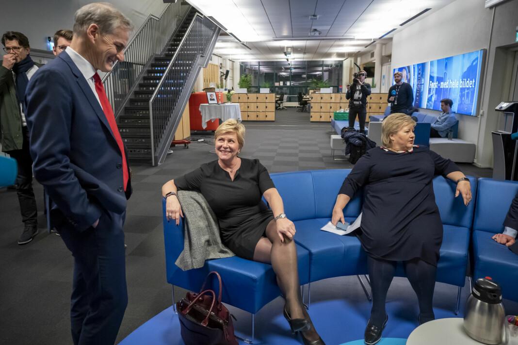 Statsminister Erna Solberg (H), daværende finansminister Siv Jensen (Frp) og Jonas Gahr Støre (Ap) venter på at de skal delta i Dagsnytt 18. Bildet er fra januar.