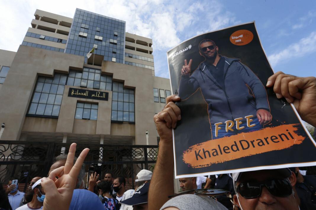 En rekke demonstranter møtte opp for å protestere mot rettssaken mot Khaled Drareni.