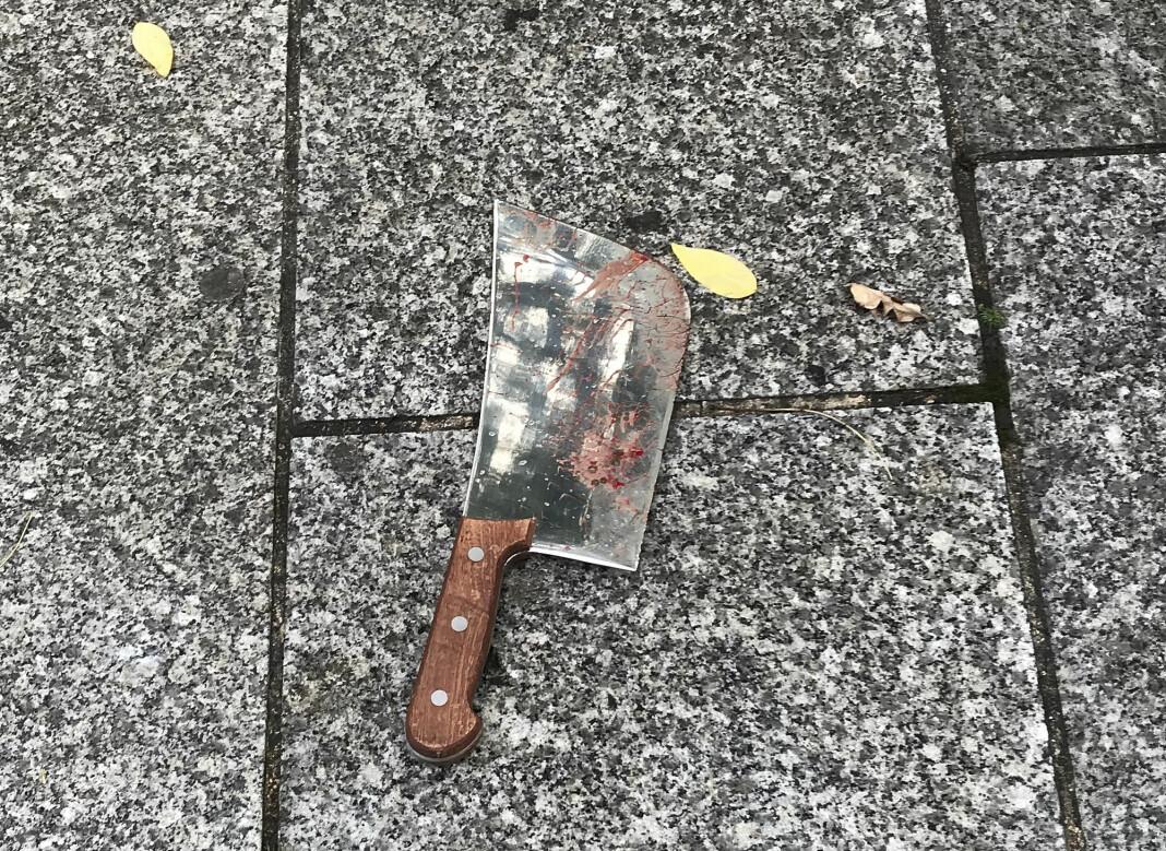 En kjøttøks som skal ha vært våpenet som ble brukt da en mann gikk til angrep på to personer utenfor satiremagasinet Charlie Hebdos tidligere lokaler i Paris, ligger etterlatt på gaten.