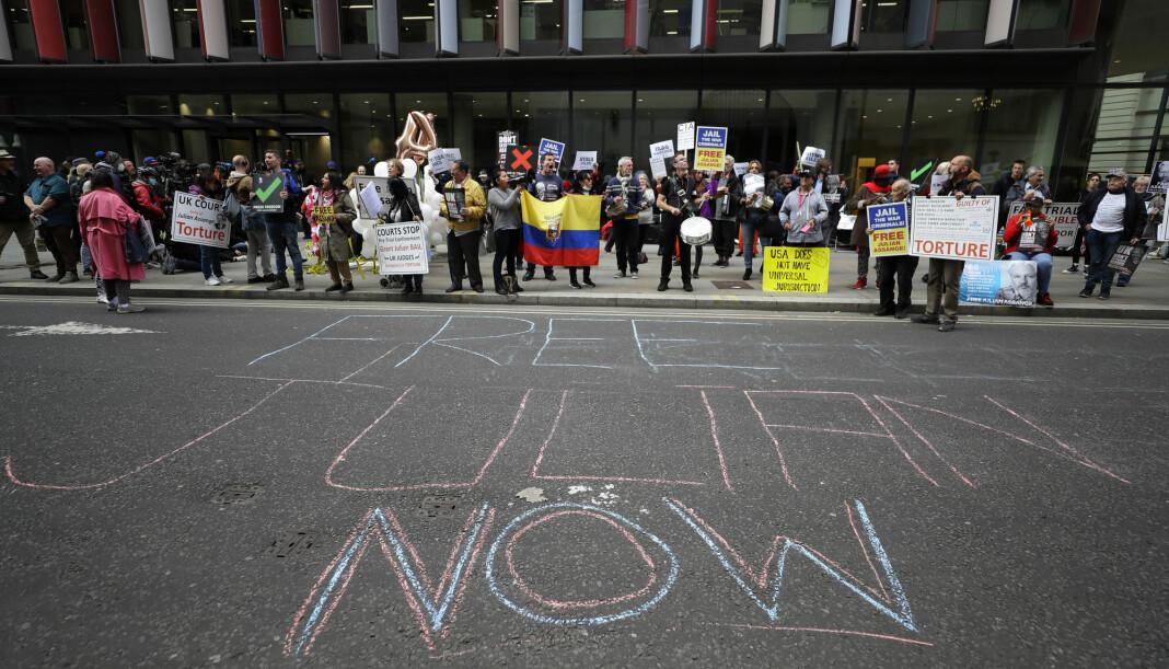 Demonstranter viser sin støtte til Julian Assange utenfor rettsbygningen der spørsmålet om han skal utleveres til USA blir avgjort.