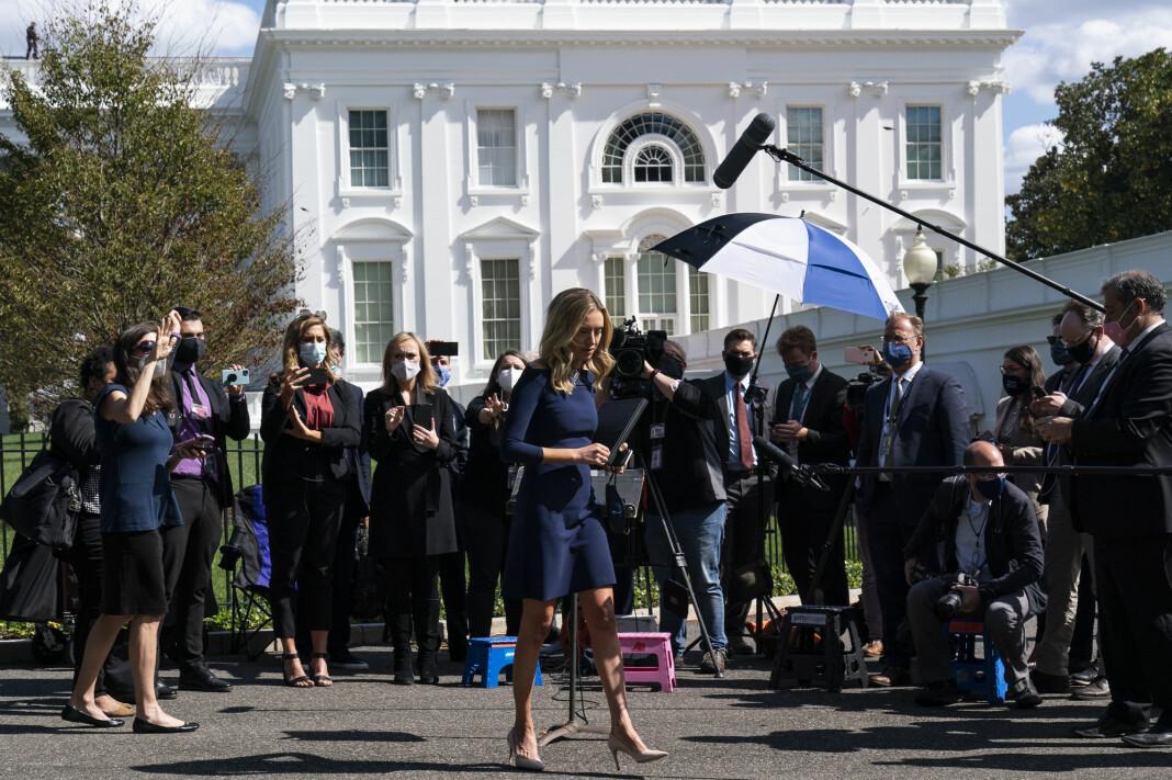 Pressesekretær i Det hvite hus, Kayleigh McEnany, sammen med journalister utenfor Det hvite hus fredag.