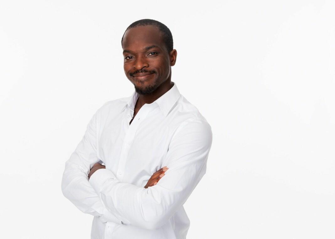 Den svenske komikeren og programlederen i Sveriges Radio, Kodjo Akolor, er én av 39 ansatte i radiostasjonen som tar et oppgjør med rasisme i egen bedrift.