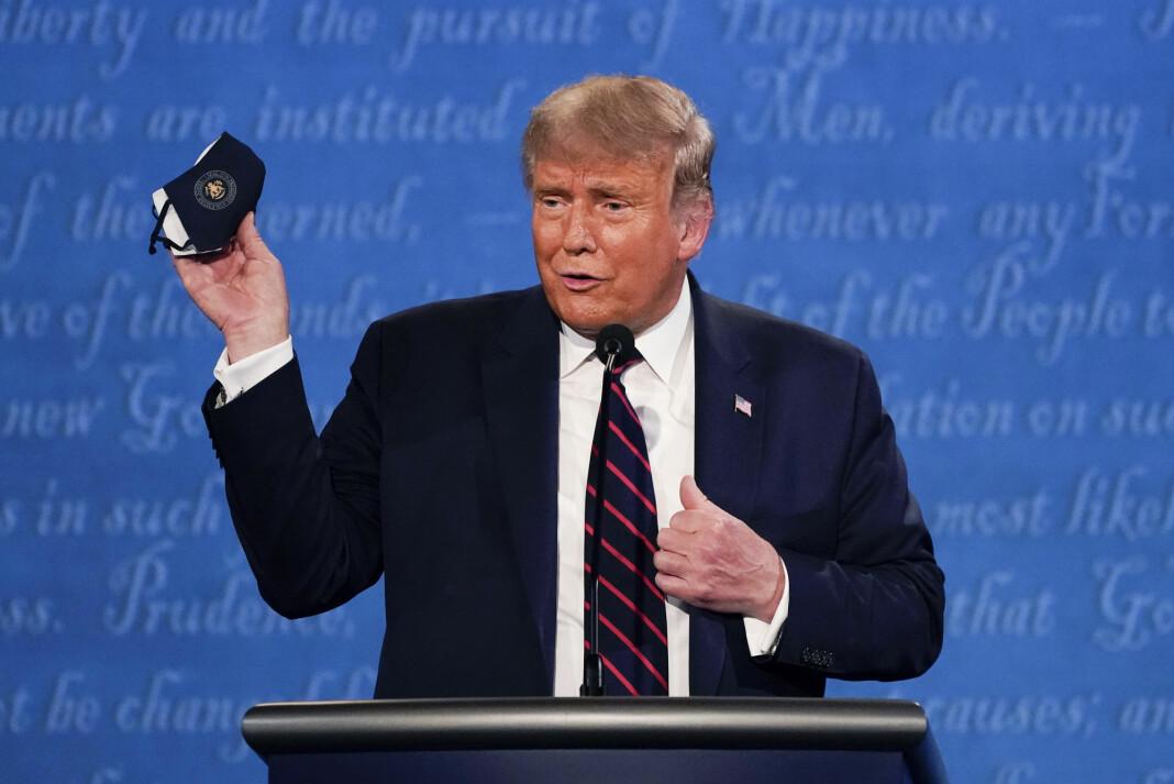 USAs president Donald Trump holder opp et munnbind under debatten med Joe Biden i forrige uke.