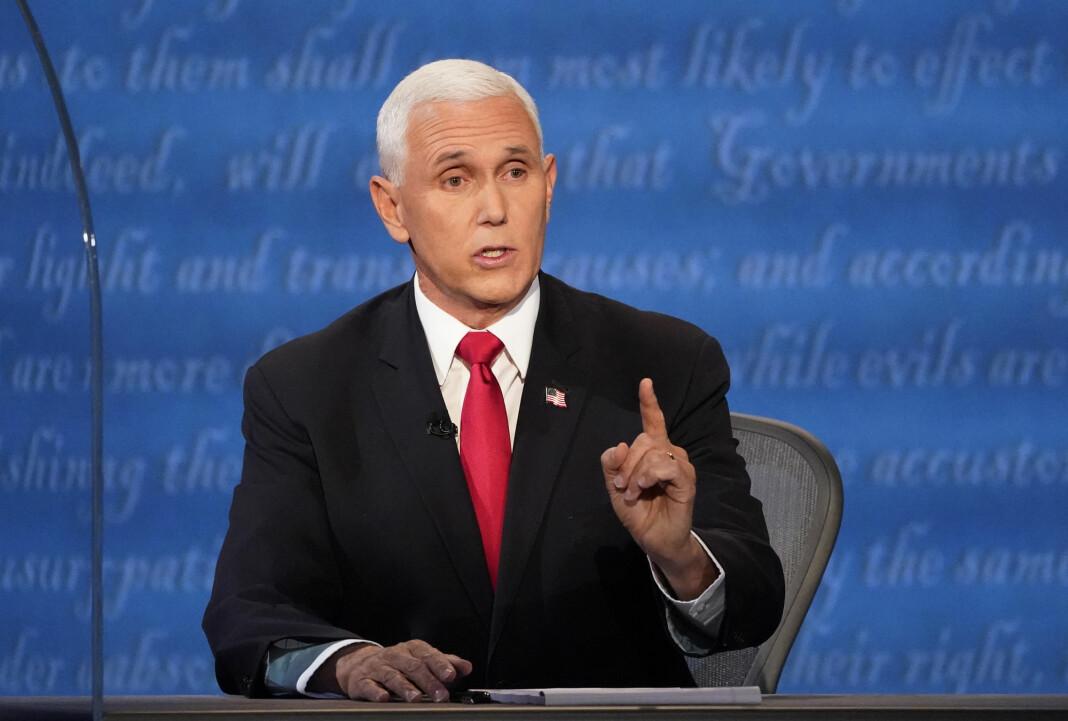 Visepresident Mike Pence ble avbrutt under debatten da han kritiserte Kina.