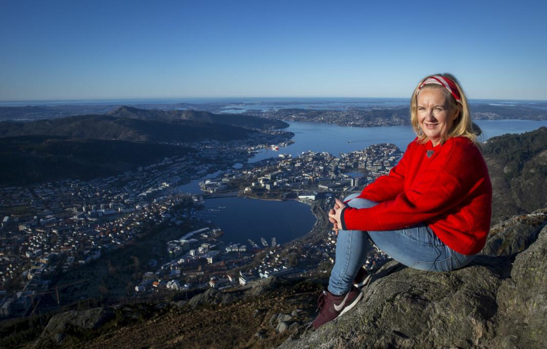 Liv Skotheim, tidligere debattleder i Bergens Tidende, er her på Ulriken for å spille inn en video for å få folk til å delta i en konkurranse.