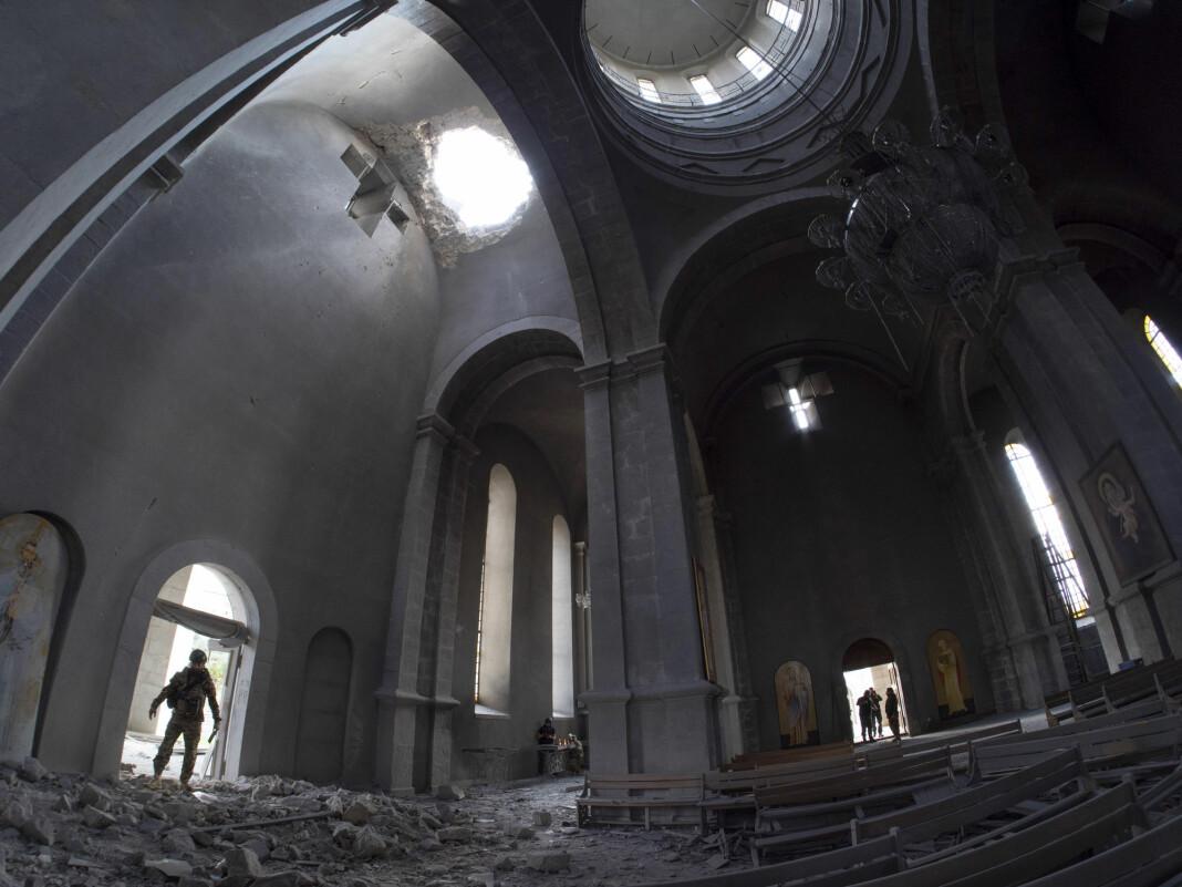 Den historisk katedralen i Nagorno-Karabakh er truffet av flere granater. I dag ble også flere journalister skadet.