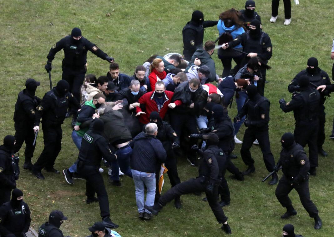 Demonstranter i sammenstøt med politifolk under opposisjonens protest mot det omstridte presidentvalget i Minsk.
