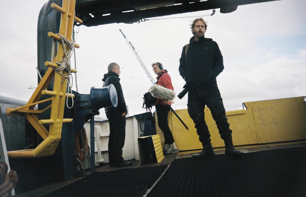 Regissør Henrik Evertsson (t.h) har blitt tiltalt av svenske myndigheter etter å ha laga dokumentar om Estonia-skipet. Journalistorganisasjoner i flere land reagerer.