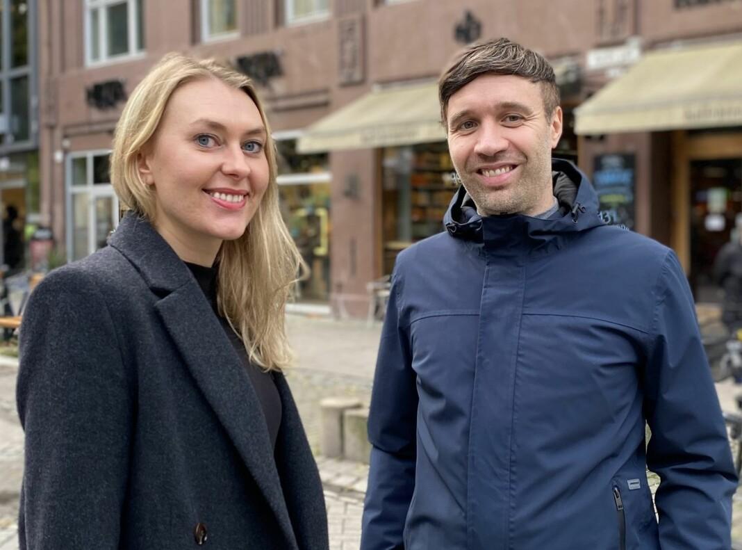 Vanja S. Holst sammen med sin forgjenger Arne Reginiussen, som nå er avisens styreleder.