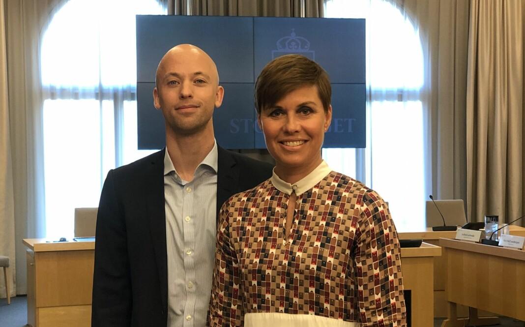 Norsk Journalistlags Mads Backer-Owe og Ina Lindahl Nyrud på plass under en stortingshøring om varsling.