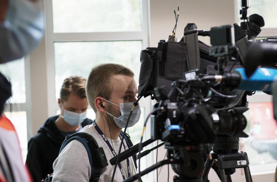 Journalister med munnbind følger pressekonferanse om koronasituasjonen i Bergen.