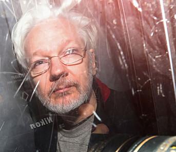 Julian Assange forlater rettslokalene i London i januar 2020.