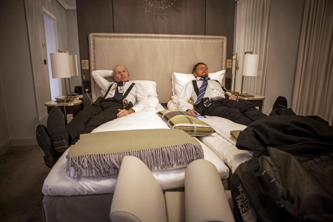 Journalist Simon Solheim har skrevet bok om hverdagen til livvaktene som beskytter Norges toppolitikere. Her er livvaktene Arvid og Øivind på jobb, i sengen på Grand Hotel under Nobels fredspris 2018.