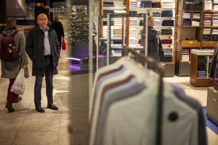 Livvakten venter utenfor klesbutikken mens statsministeren Erna Solberg er på julehandel.