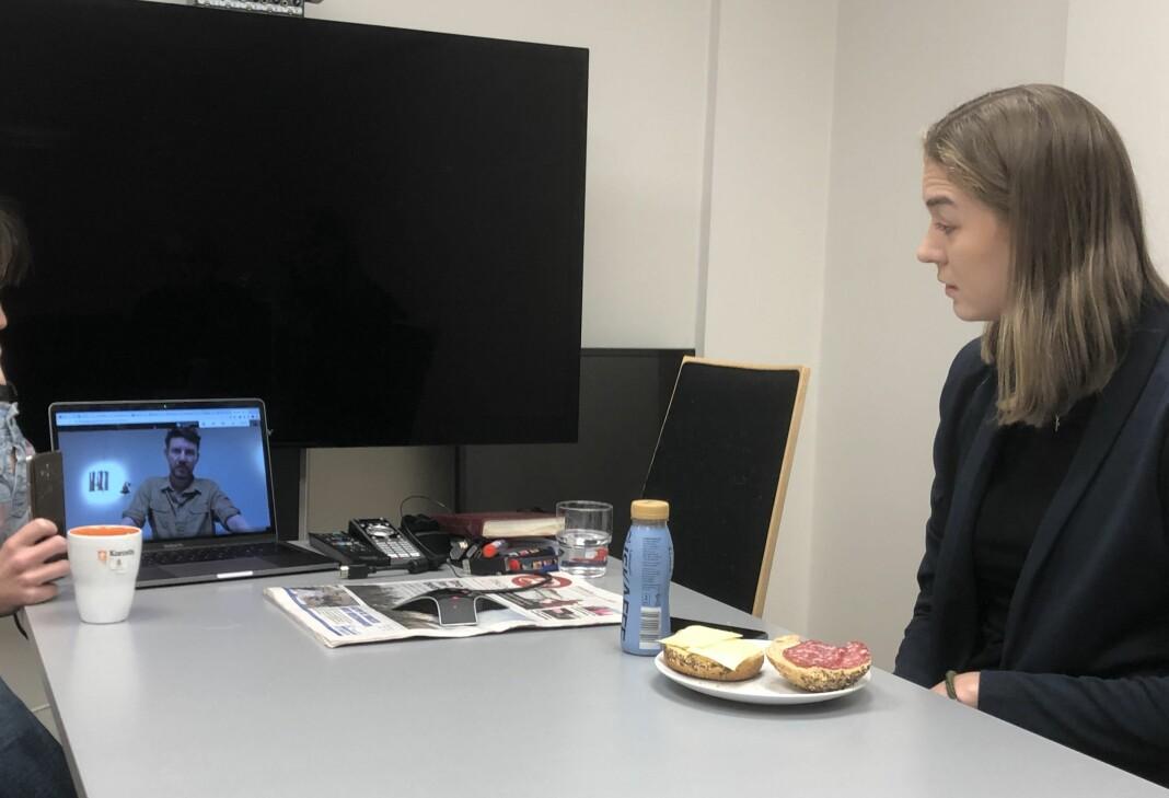 Leder for Bergen Journalistlag, Jens Kihl (på skjermen), overrasker Johanna Magdalena Husebye med Årets studentpris.