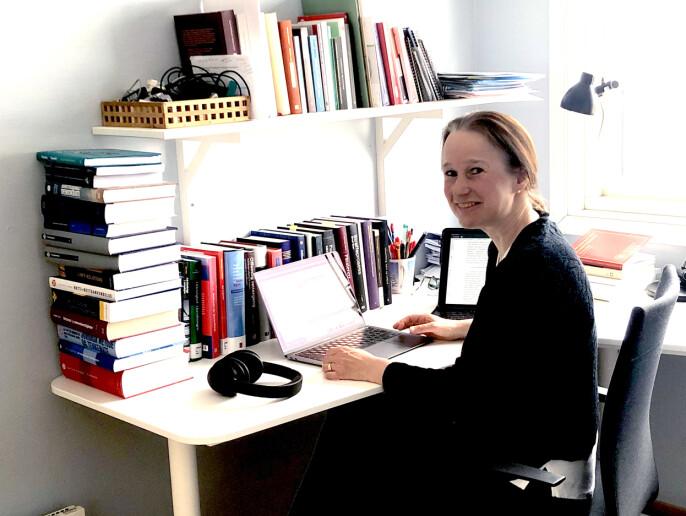 Professor Ragna Aarli på hjemmekontoret i Bergen. Her jobber hun blant annet med en ny innsynsutredning for Justisdepartementet.