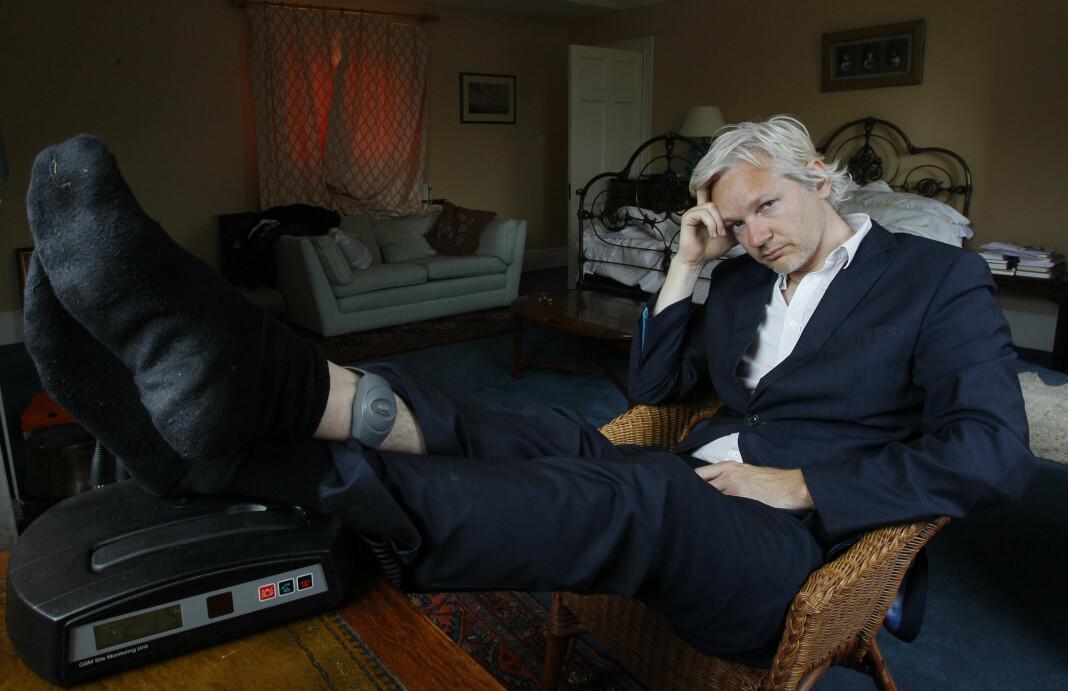 Julian Assange fotografert i 2011 med fotlenke. På denne tiden satt Wikileaks-gründeren i husarrest i Storbritannia.