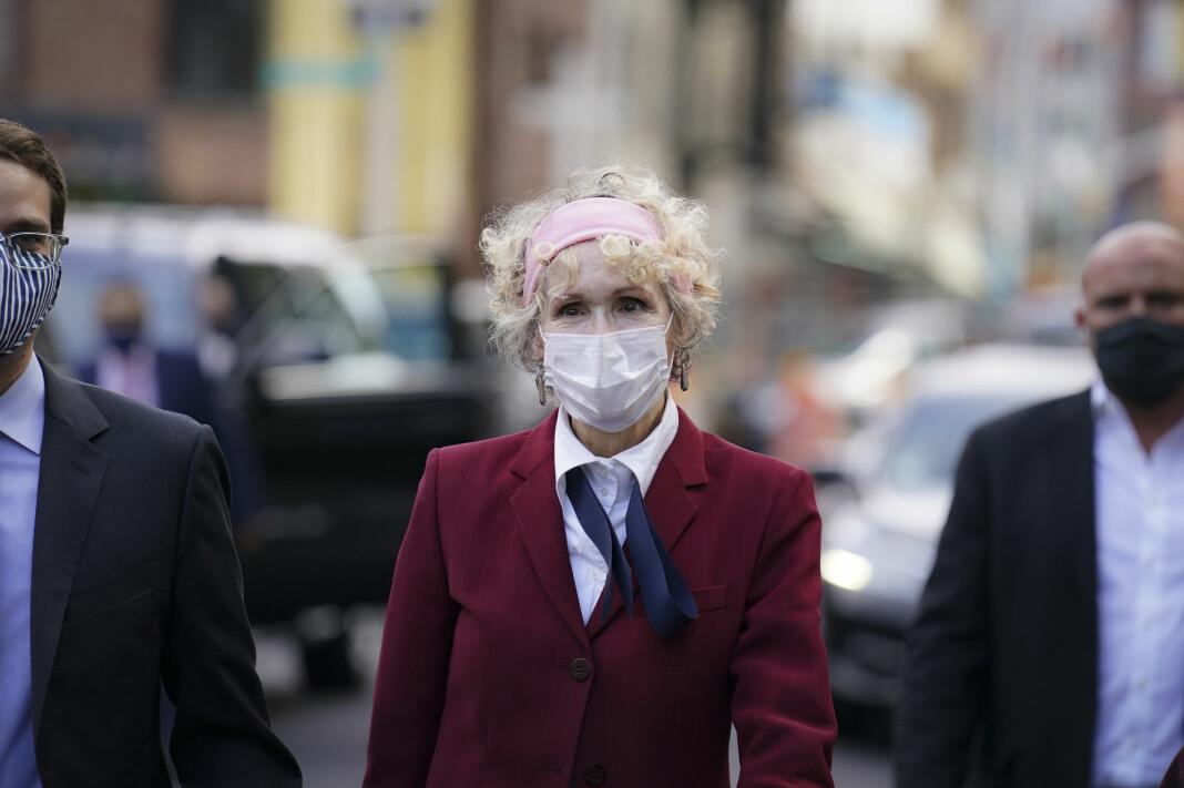 E. Jean Carroll har saksøkt president Donald Trump for ærekrenkelser. Her er hun utenfor en rettsbygning i New York i forrige uke.