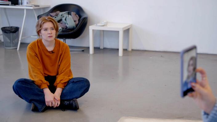 «For gjennom Vildes ujålete stil og ærlige refleksjoner, får seeren en sparrepartner», skriver NRK.