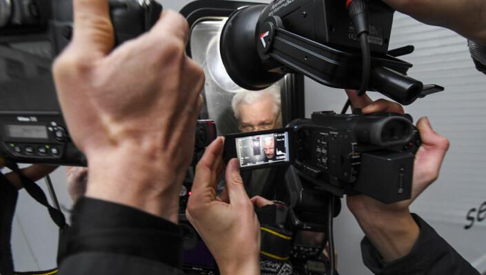 Julian Assange på vei tilbake til fengselet etter en rettshøring i januar 2020.