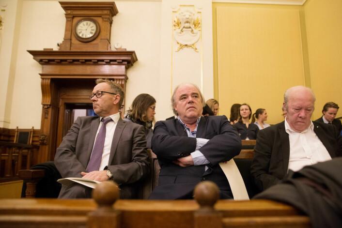 Dagbladet-toppene John Arne Markussen og John Olav Egeland på plass da Høyesterett behandlet saken. Til høyre daværende leder for Norsk Redaktørforening, Nils E. Øy.