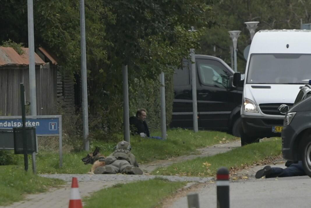 En politimann holder drapsdømte Peter Madsen under oppsikt etter rømmingen den 20. oktober. Danmarks justisminister kritiserte mandag Herstedvester fengsel der Madsen satt, og sier også at Madsen ikke burde vært plassert der.