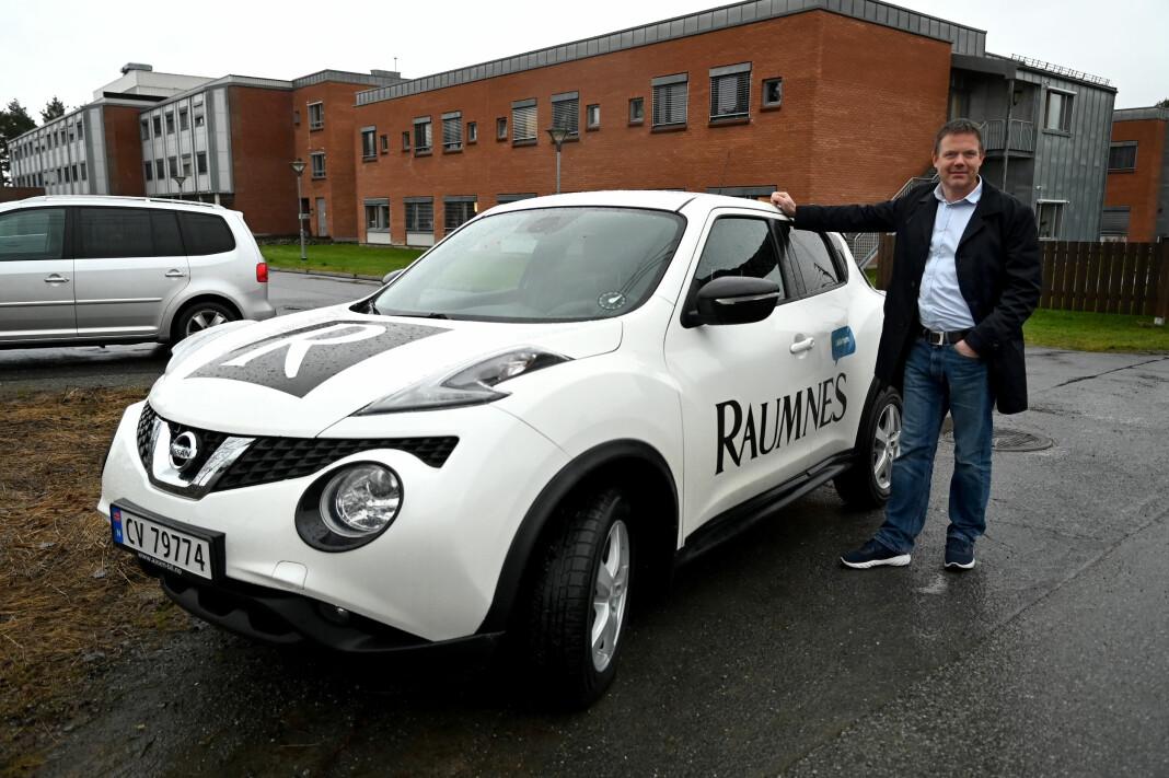 De to reportasjebilene med Raumnes-logo vil ikke lenger være synlige i dekningsområdet til lokalavisen. På bildet er ansvarlig redaktør og daglig leder Fred C. Gjestad.