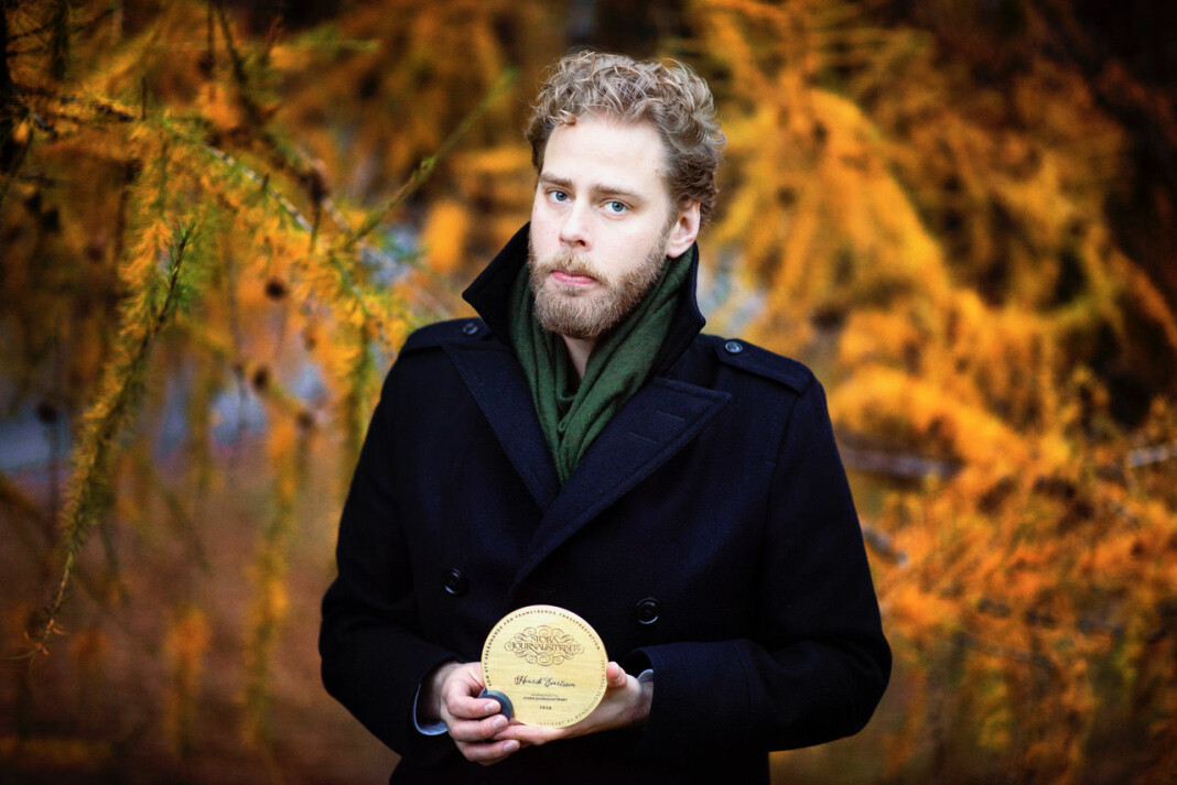 Aldri før har en norsk tv-serie vunnet Stora Journalistpriset. Her viser prisvinner Henrik Evertsson fram premien.