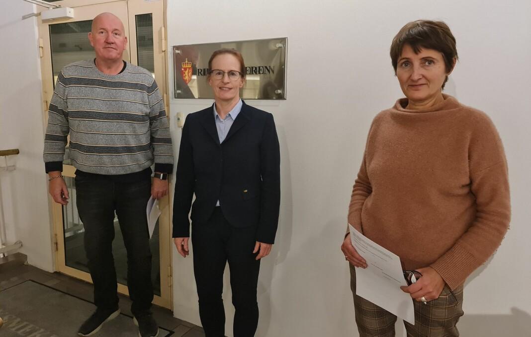 Fra venstre Fellesforbundets forhandlingsleder Ole Einar Adamsrød, riksmekler Inger-Marie Landfall. og MBLs forhandlingsleder Pernille Børset.