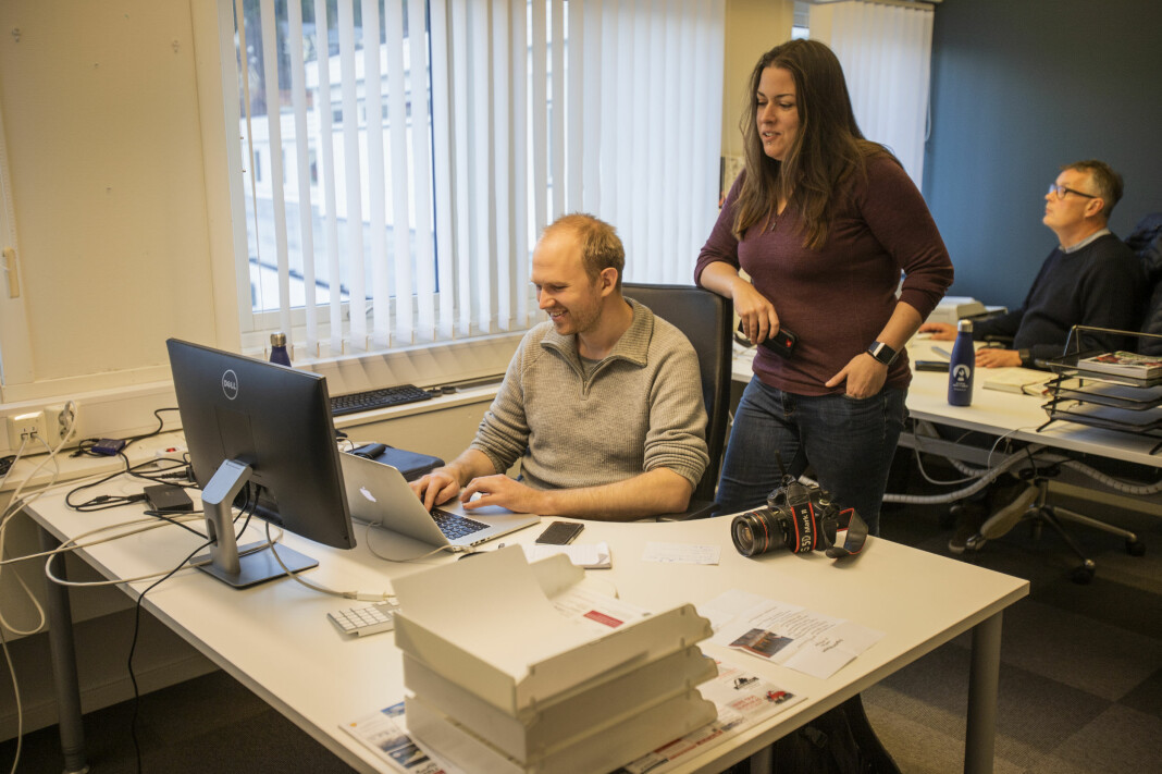Redaktør Liv Maren Mæhre Vold leder tre nettaviser fra kontoret på Alvdal. Journalist Lars Vingelsgård i forgrunnen, styreleder Ivar Thoresen bak.