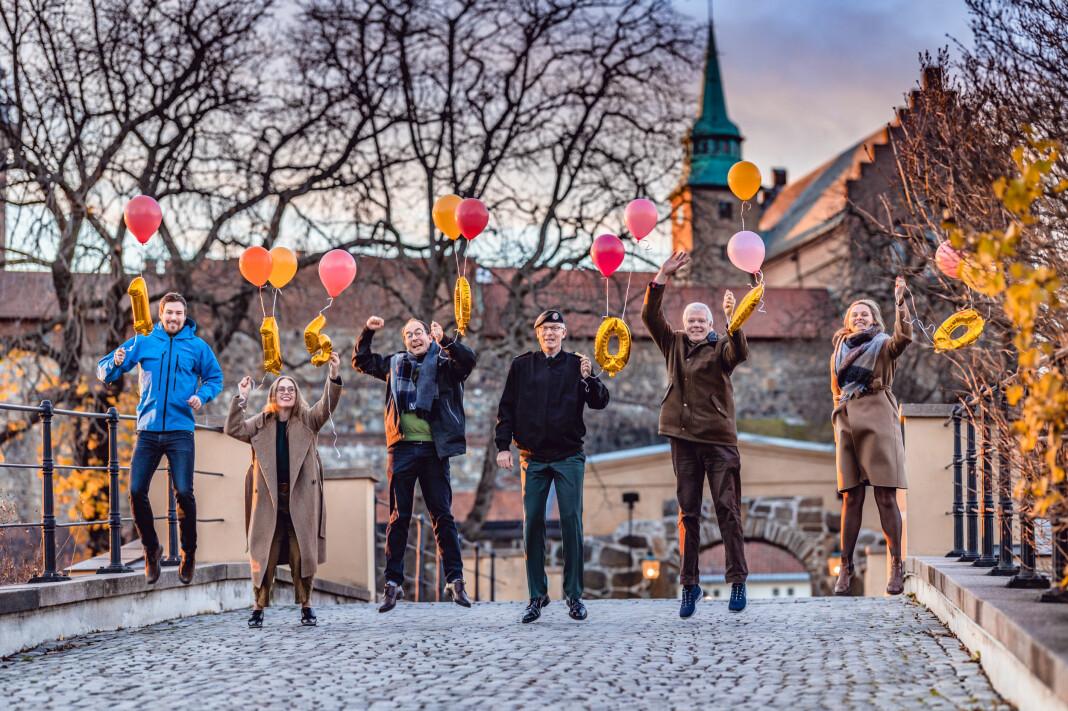 I Forsvarets forum er de hoppende glade. Fra venstre journalist Svein Arstad, utviklingsredaktør Silje Kampesæter, ansvarlig redaktør Stian Eisenträger, ansvarlig utgiver Arne Opperud (FFT), avtroppende redaktør Erling Eikli og journalist Andrea Rognstrand.
