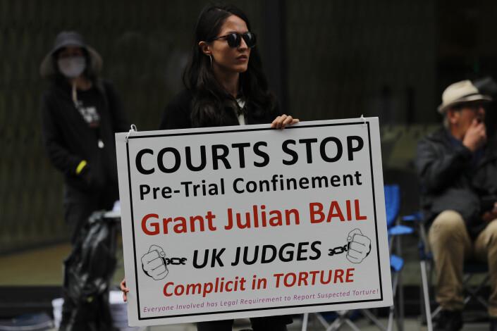 Demonstranter utenfor rettslokalene i London.