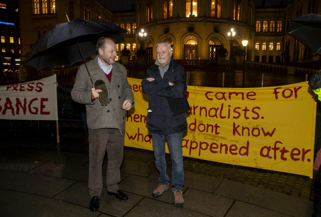 Demonstrasjon for Julian Assange på Eidsvolls plass, foran Stortinget i november. Blant talerne var Rune Ottosen fra Norsk PEN (t.h.) og jusprofessor Mads Andenæs.