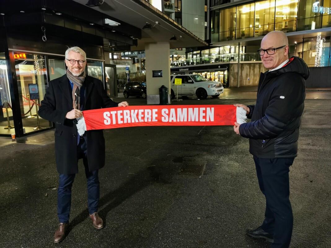 TV 2-sjef Olav T. Sandnes og kringkastingssjef Thor Gjermund Eriksen i NRK har sammen sikret rettighetene til fotball-VM i USA i 2026. .