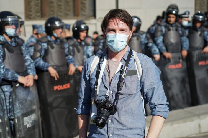 Morten Risberg under en demonstrasjon på frihetsplassen i Jerevan, to dager etter offentliggjøringen av våpenhvileavtalen.