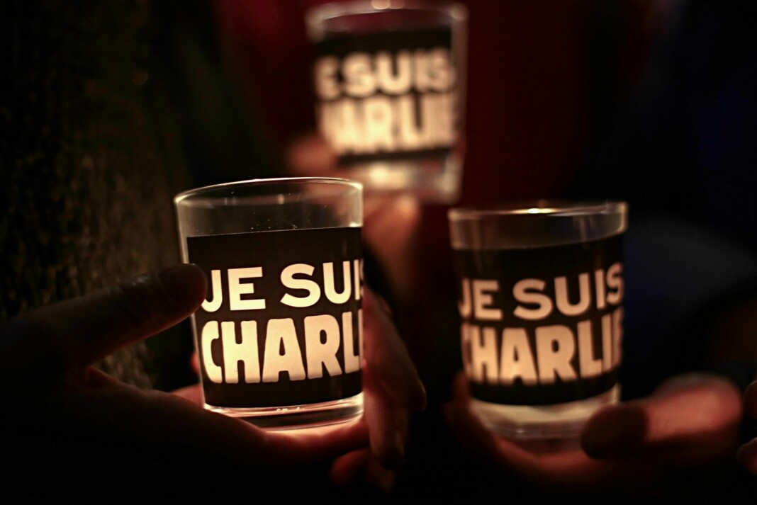 Den 7. januar i 2015 angrep væpnede muslimske ekstremister redaksjonslokalene til Charlie Hebdo i Paris. Sjefredaktør Stéphane Charbonnier og de profilerte karikaturtegnerne og politiske satirikerne Georges Wolinski, Jean Cabut og Bernard Verlhac ble drept.
