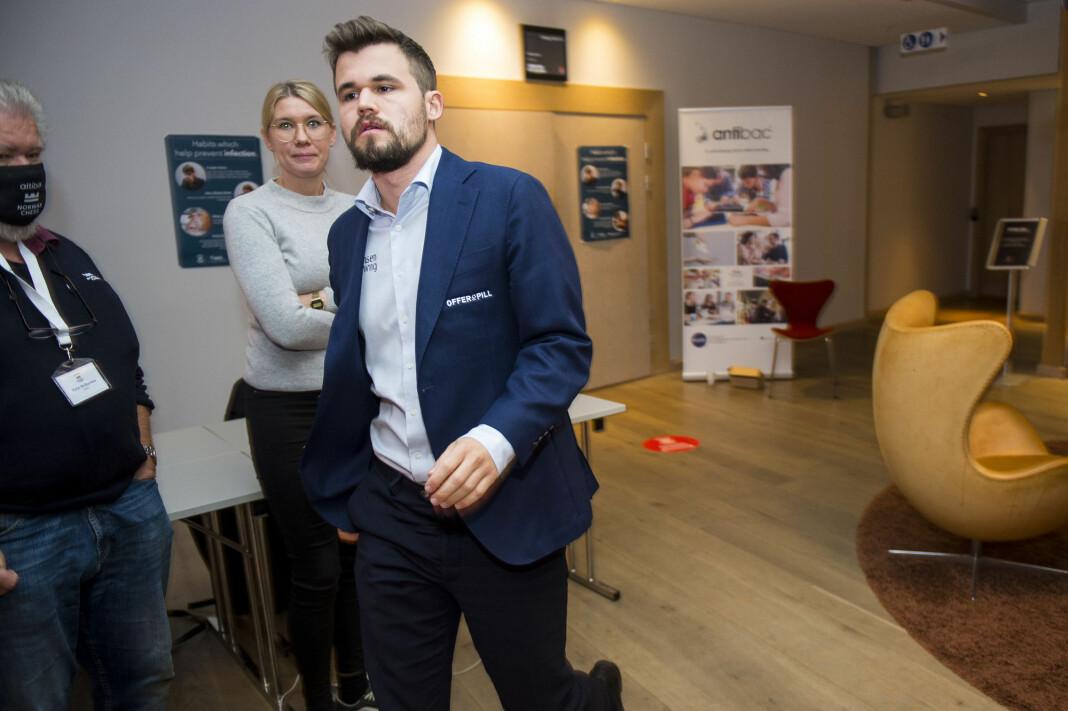 Magnus Carlsen, her under Norway Chess i Stavanger, har reklame for et utenlandsk spillselskap bak seg under romjulsturneringen som sendes på NRK.