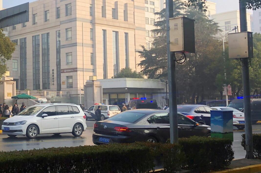 Politibiler utenfor rettsbygningen hvor Zhang Zhan ble dømt til fire års fengsel.