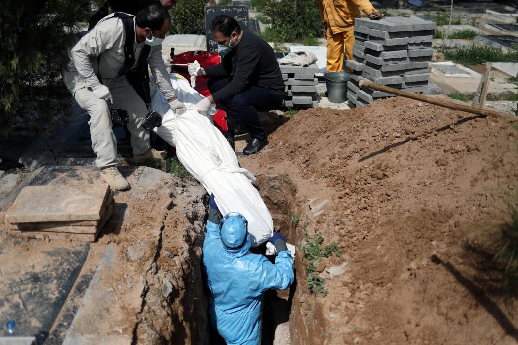 Her begraves den iranske journalisten Abdollah Zavieh, som skal ha dødd av covid-19 i mars i år.